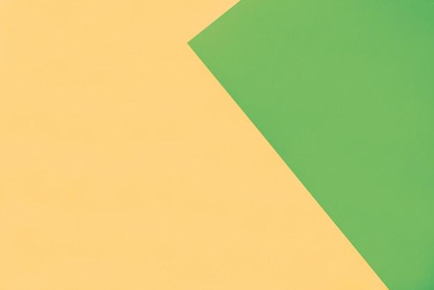 Gelber papierhintergrund mit grünem dreieckrand