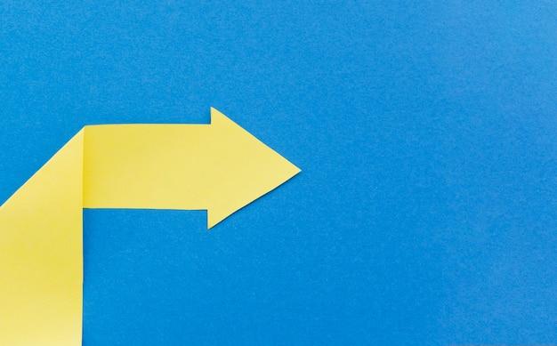 Gelber papierpfeil zeigt nach rechts