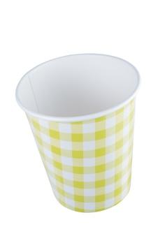 Gelber pappbecher mit einem muster in form von quadraten und linien. + beschneidungspfad