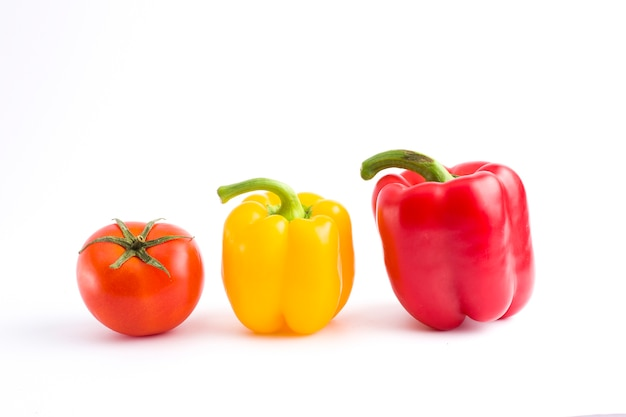 Gelber pfeffer, roter pfeffer und tomate