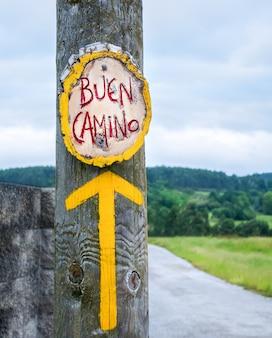 Gelber pfeil, zeichen für pilger auf dem jakobsweg in spanien, jakobsweg