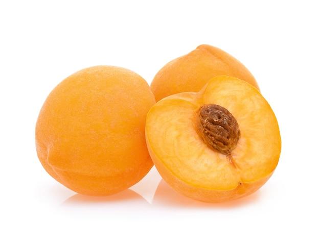 Gelber pfirsich isoliert.