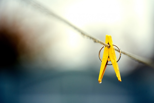 Gelber plastikclip am seil