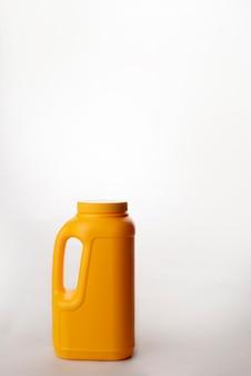 Gelber plastikdose lokalisiert auf weißem hintergrund