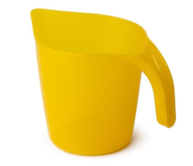 Gelber plastikhaushaltsschöpflöffel lokalisiert auf weiß