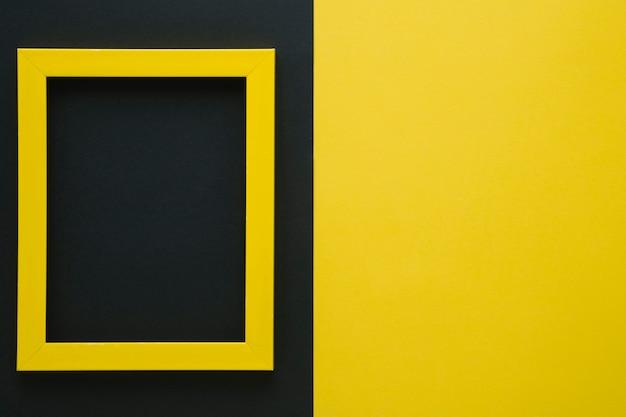Gelber rahmen mit kopienraum