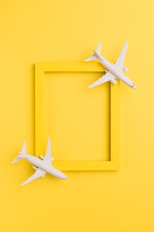 Gelber rahmen mit spielzeugflugzeugen