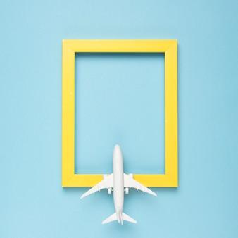 Gelber rechteckiger leerer rahmen und flugzeug