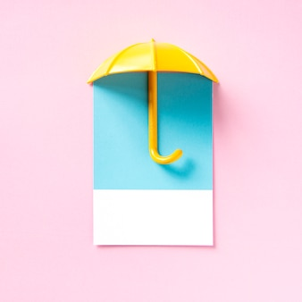 Gelber regenschirm, der einen schatten wirft