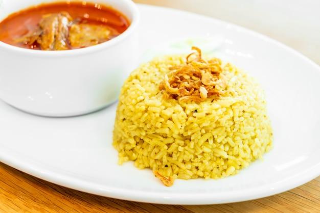 Gelber reis mit curry-hühnchen-mussaman-suppe