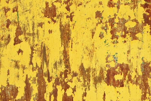 Gelber rost auf einer metallwand, der alte hintergrund