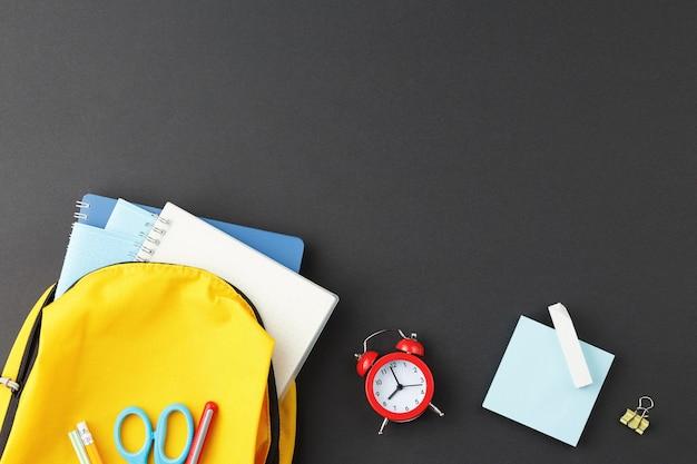 Gelber rucksack für die schule gesammelt