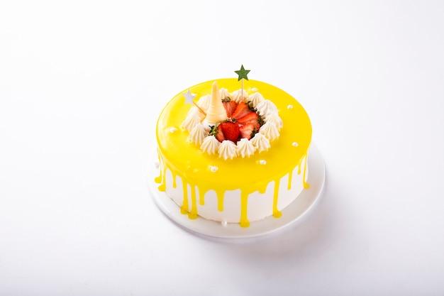 Gelber sahnekuchen verziert mit frischen erdbeerfrüchten