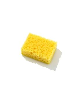 Gelber schwamm für geschirrspülisolaten auf weißem hintergrund. reinigungsservicekonzept