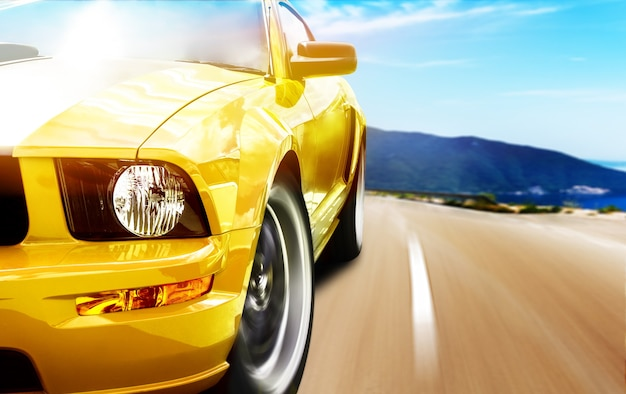 Gelber sportwagen auf einer schmalen straße