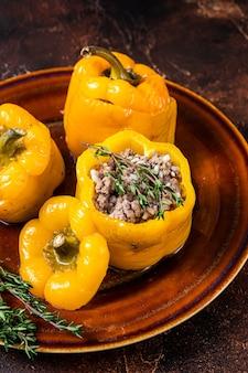 Gelber süßer paprika gefüllt mit fleisch, reis und gemüse