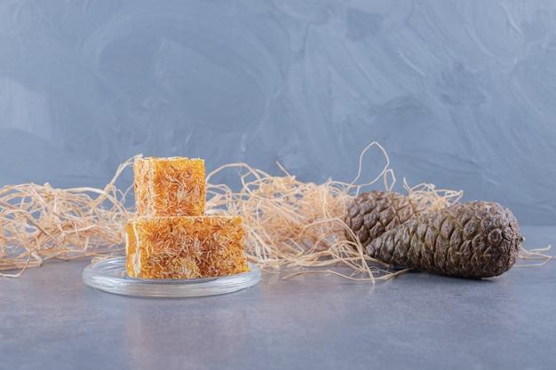 Gelber traditioneller türkischer genuss mit erdnüssen.