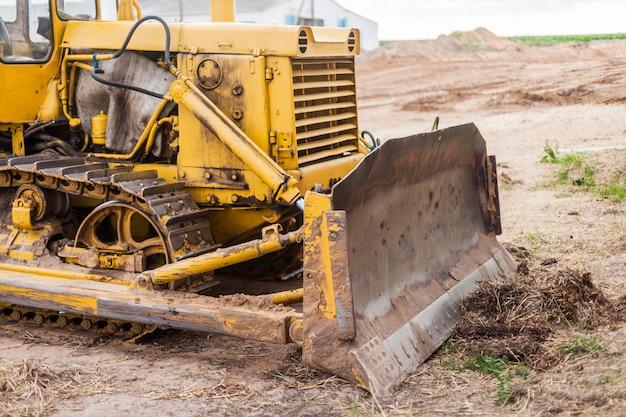 Gelber traktor auf raupenbahn