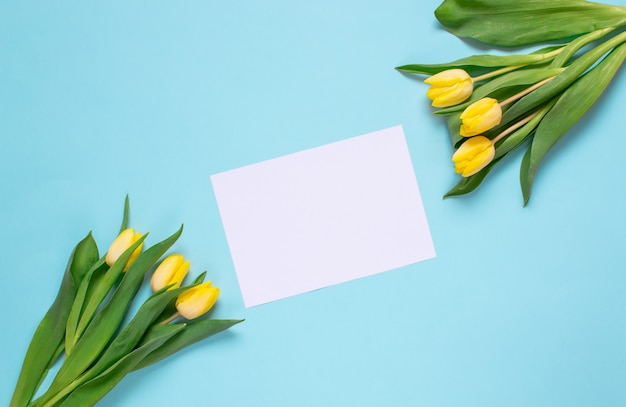 Gelber tulpenblumenstrauß, frühlingszeit. ostertag-konzept. ansicht von oben. kopieren sie platz.