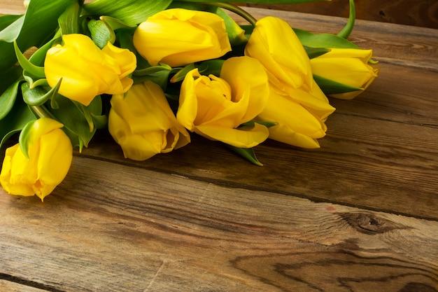 Gelber tulpengeburtstagshintergrund