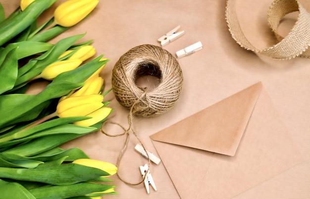 Gelber tulpenhandwerkshintergrund.
