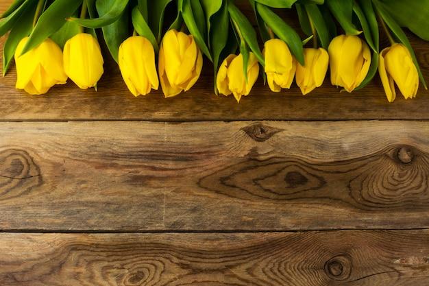 Gelber tulpenreihenhintergrund