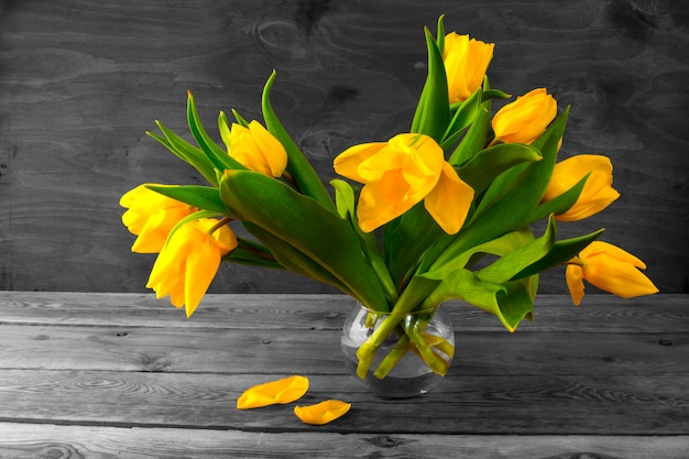 Gelber tulpenstrauß. vintage getönten foto