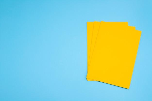 Gelber umschlag auf blauem hintergrund