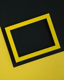 Gelber unbedeutender rahmen auf zweifarbigem hintergrund