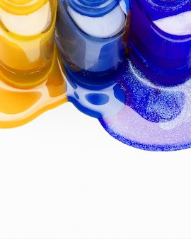 Gelber und blauer nagellack auf weißem hintergrund