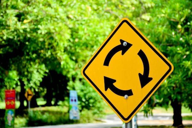 Gelber und schwarzer kreisverkehr unterzeichnen herein landstraße