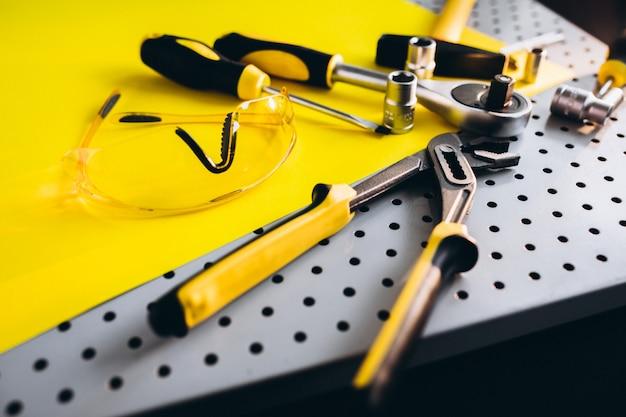 Gelber werkzeugsatz