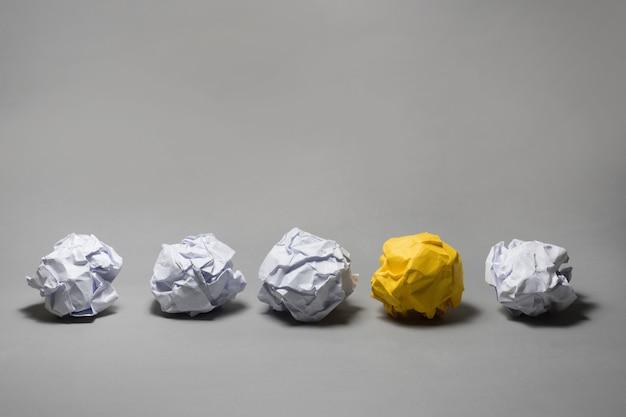 Gelber zerknitterter papierball