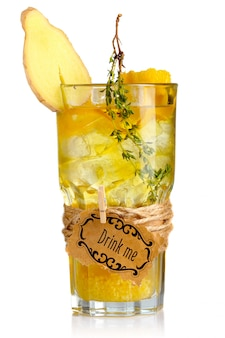 Gelbes alkoholcocktail im glas mit der ingwerscheibe und -gewürzen lokalisiert