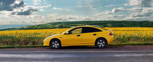 Gelbes auto auf der straße