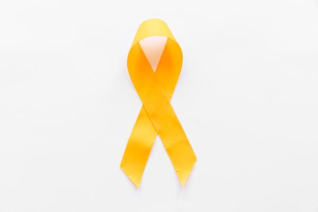 Gelbes band des sarkomknochen-krebsbewusstseins auf weißem hintergrund
