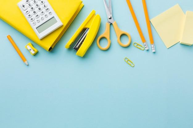 Gelbes briefpapier mit kopierraum