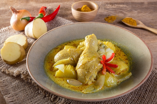 Gelbes curry-huhn
