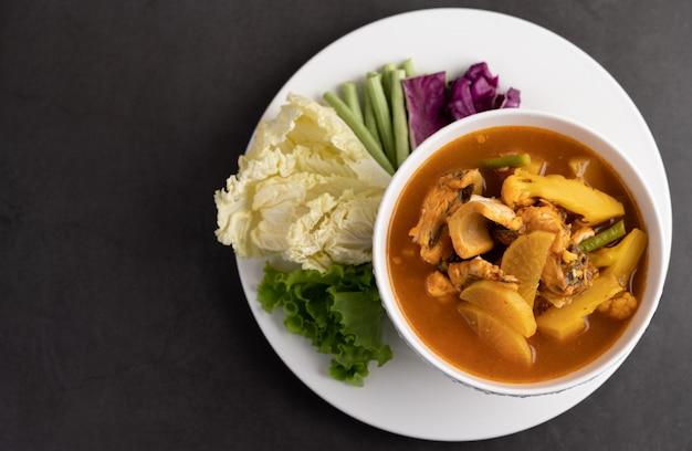 Gelbes curry mit schlangenkopffisch, thailändisches essen