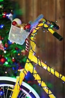 Gelbes fahrrad in der nähe von weihnachtsbaum