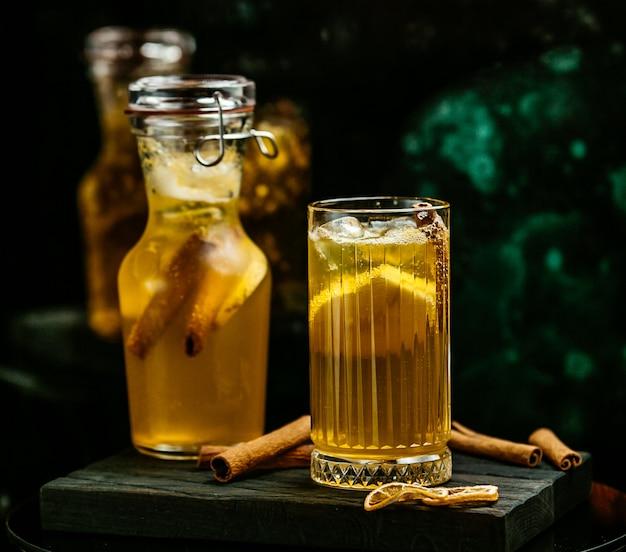 Gelbes getränk mit zitrone und zimt