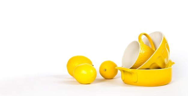 Gelbes keramikgeschirr mit frischen zitronen
