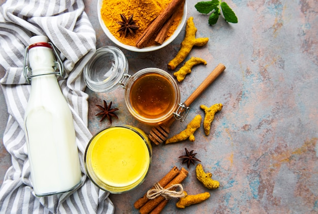Gelbes kurkuma-latte-getränk