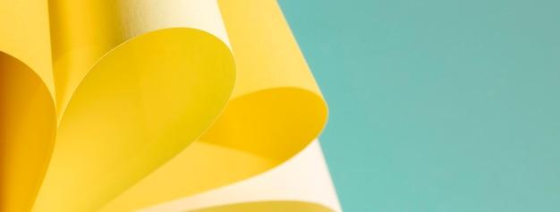 Gelbes kurvenpapier auf blauem hintergrund