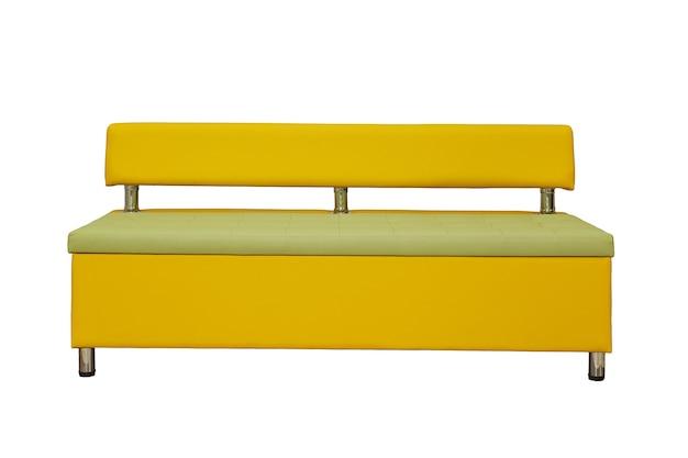 Gelbes leder-bürosofa mit metallchrombeinen isoliert auf weißem hintergrund