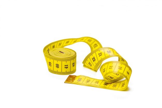 Gelbes metrisches messendes band lokalisiert auf weißem panoramahintergrund