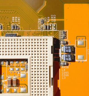 Gelbes motherboard mit leerem sockel