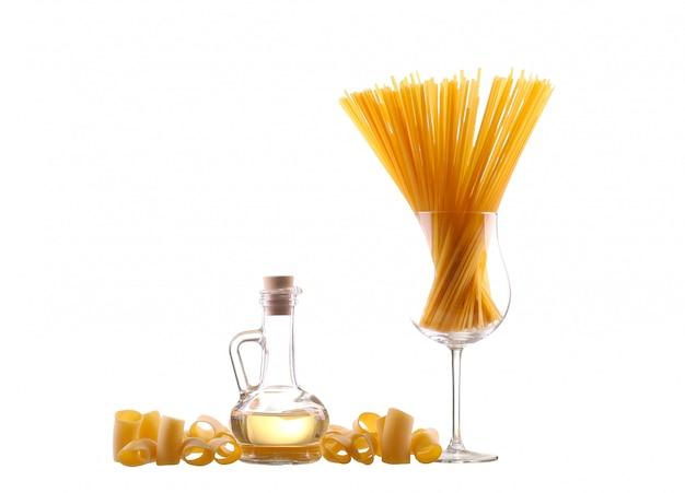 Gelbes öl in einer flasche mit nudeln