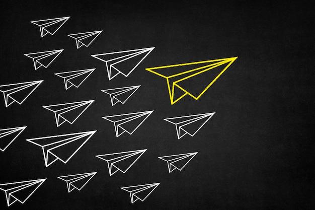 Gelbes papier flugzeug mit weißen flugzeug hinter