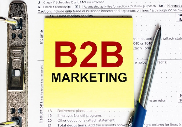 Gelbes papier mit text b2b marketing
